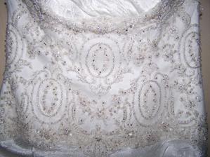 """Detail svatebních šatů od Maggie Sottero ze salónu """"Potěšení 79"""" Nevěstě slušely víc, než modelce na jejich internetových stránkách - výzdoba krystaly od Svarowského"""
