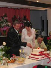 krájame svadobnú tortu-bola výbornáááá