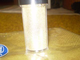 Tužba po dokonalosti - trblietavý zlatý prášok s ktorým dotvorím dekoráciu na stoloch troška ich popráškujeme )) nech sa lesknú