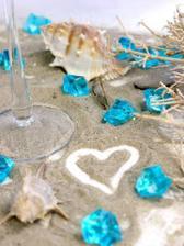 výzdoba stola s mušľami a pieskom