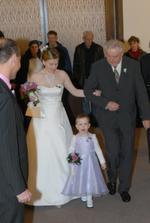 nevěsta s tatínkem vchází do obřadní síně
