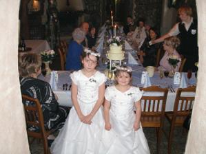 naše družičky a za nimi svatební tabule v bleděmodré