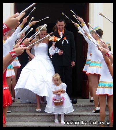 Už jako paní Czyžová - mažoretky mě překvapily a zapochodovali před kostelem