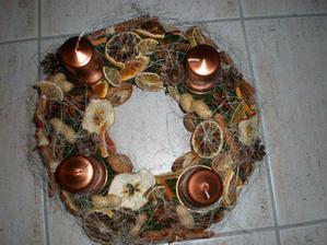 môj adventný venček..všetko je prírodné až na sviečky a podnosi pod sviečky..