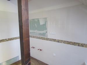 v plánu umyvadlo na dřevěné desce, zrcadlo v dřevěném rámečku