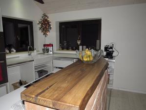 Kuchyně zatím bez dvířek, časem... zato vše vlastní výroba mého muže ;-)