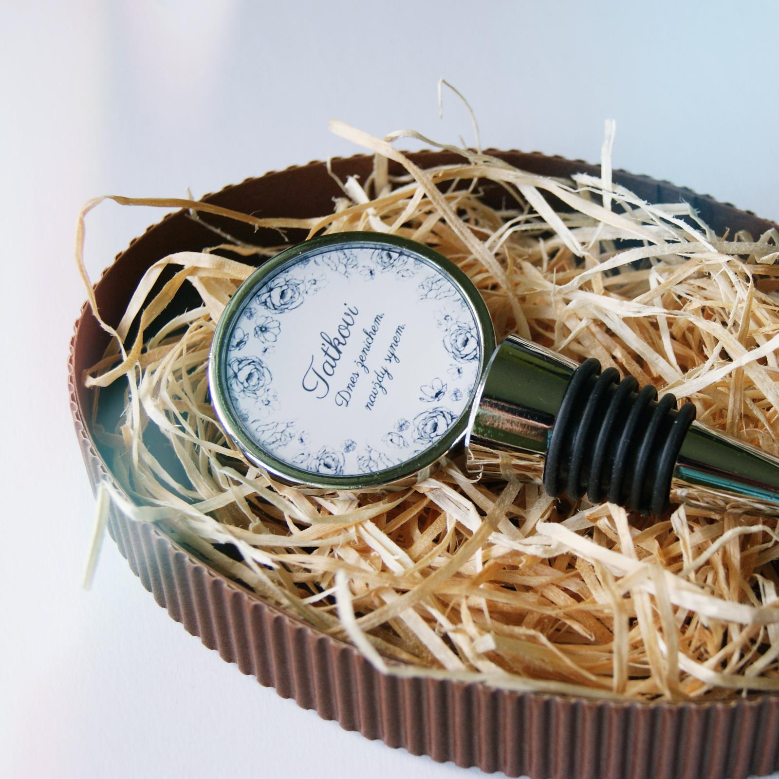 Svatby v druhé polovině roku 2016 - Zátka na víno pro tatínka ženicha v naší ručně dělané krabičce