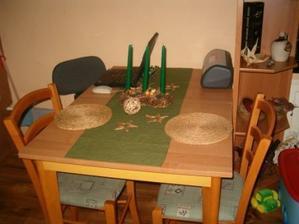 Jídelní stůl ve vánočním kabátku