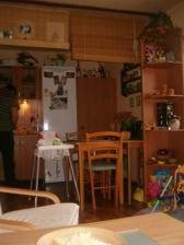 Pohled ze sedačky na kuchyňský kout