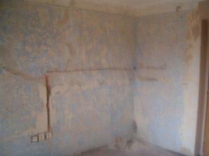 Oškrábáno půl pokoje, bývalý obývák budoucí kuchyně.