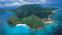 """ostrov Praslin, Seychely (""""naša"""" pláž tá vľavo :)"""