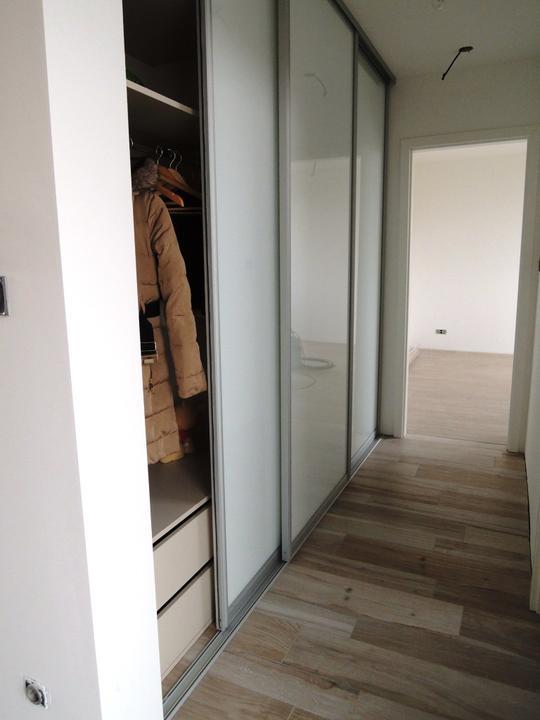 Chodba - inšpirácie - chcem biele posuvné dvere. Dilema či matné alebo lesklé...