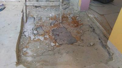 podlaha v kuchyni bola cca o 2cm vyššie ako v obývačke... Nová podlaha sa vyrovná a bude trošku vyspádovaná, aby nebol taký schod