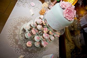tak ten vrch 3x na seba, šedý resp. strieborný podklad, biela čipka, ružové ruže alebo pivonky