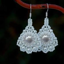 Nausnice si nechavam take vyrobit... budou ze stejnych korálků jako náramek,...cele stříbrné, jen velky koralek uprostred a perlicky budou růžové