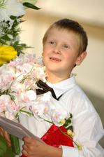 Moj synovcek Patrik,pomahal krstnej drzat kvietky...