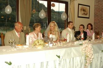 S rodicmi za vrcholom stola...