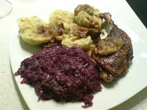 miluji českou klasiku, na badyánu se skořicí a hřebíčkem pečená kachna, zelí na karamelu a domácí hrnkové knedlíčky s jarní karotkou a jemně nasekanou petrželkou