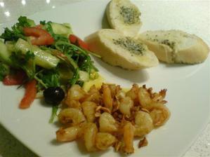 restované čerstvé krevetky na česneku a přepuštěném másle, bylinkový toust a salát z rukoly a oliv zjemněný Kalamata olivovým olejem