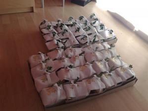 dva dny před svatbou přivezli první koláčky pro známé a kolegy, jež se na svatbě neobjeví (do práce, atd...); v každé krabičce je 24-26 koláčků