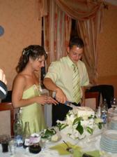 Snažili sme sa krájať tortu :-))