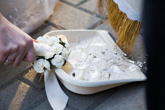 Svadobné detaily - zmetačik aj metla boli vo farbe výzdoby