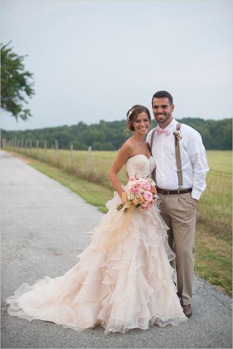 Milé nevěsty, neviděly jste náhodou v některém ze svatebních salónů (Praha a okolí - východně od Prahy) podobné svatební šaty? Děkuji :-) - Obrázek č. 1