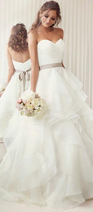 Milé nevěsty, neviděly jste náhodou v některém ze svatebních salónů (Praha a okolí - východně od Prahy) podobné svatební šaty? Děkuji :-) - Obrázek č. 2