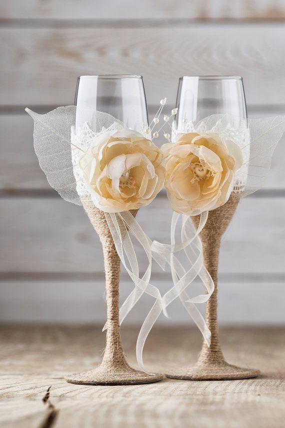 Milé nevěsty, potřebovala bych sehnat kytičky na skleničky - stejné nebo podobné jako na obrázku. Nevíte náhodou, kde bych je mohla koupit? Barva - meruňková (jako na obrázku) nebo případně i bílá, smetanová. Děkuji - Obrázek č. 1