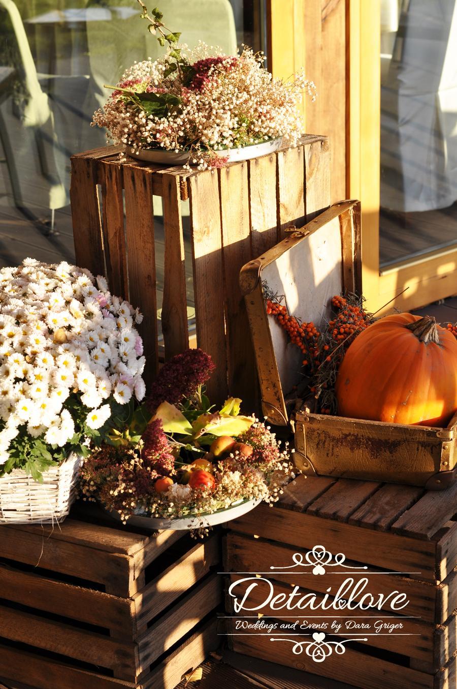 Martynka a Arek a ich rustikálna jesenná svadba - Jesenné dekorácie pred svadobnou sálou …www.detaillove.com