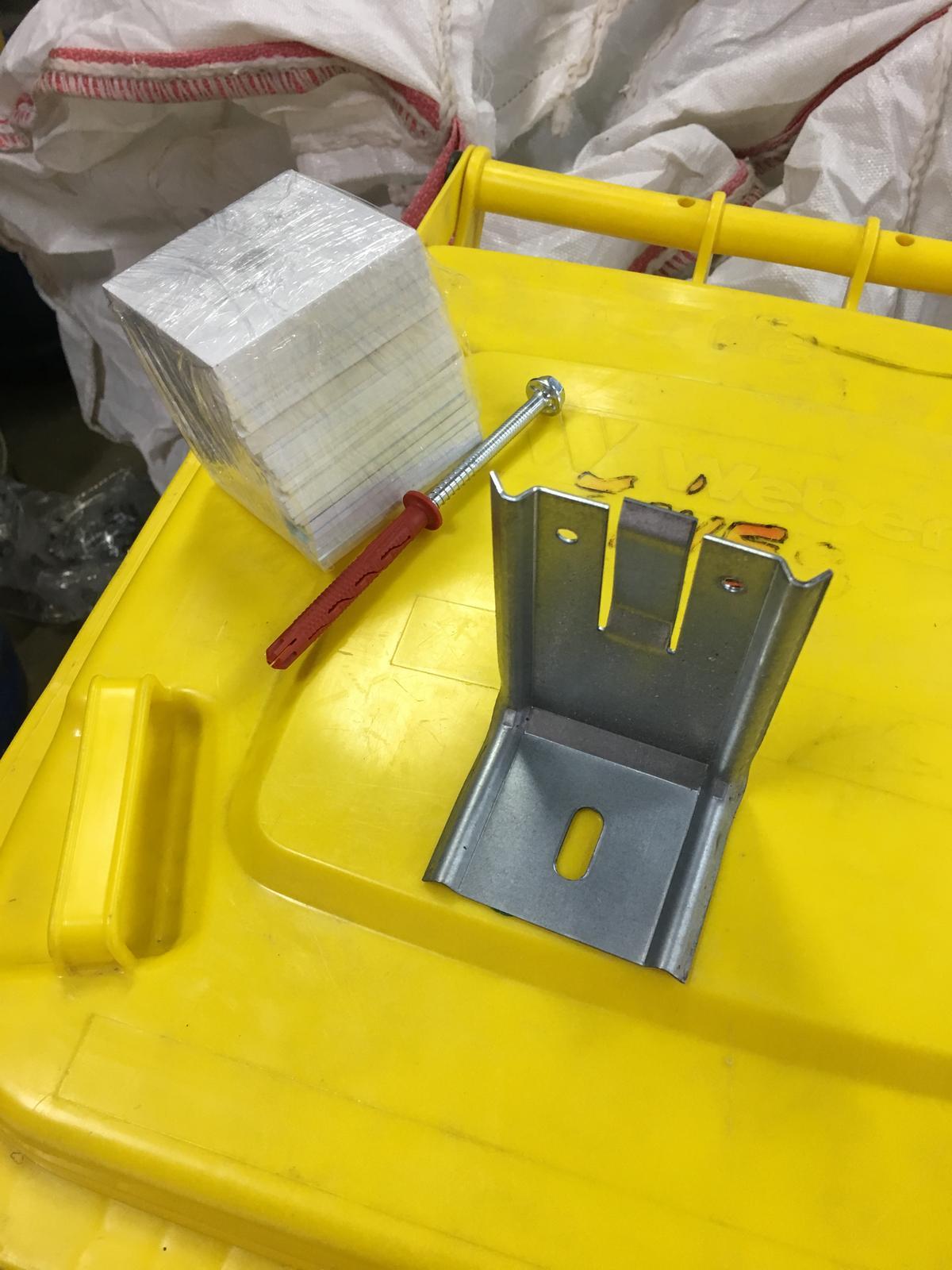 Nase byvanie - material na kotvenie rostu pre odvetranu fasadu, L profil, plastova podlozka a skrutka s hmozdinkou. Ziadna veda.