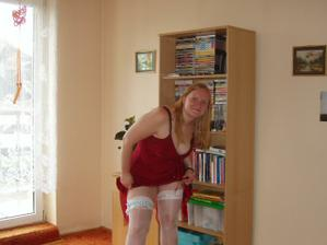 já v punčoškách, podvazku a šatičkách na převlečení :-)