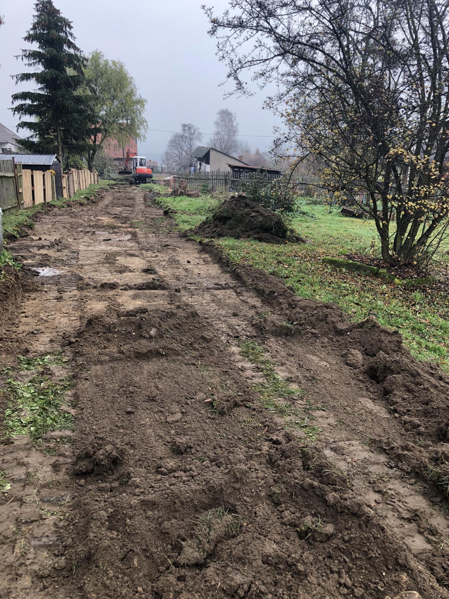 Náš vysněný baráček. :) - Začala se dělat cesta k pozemku, 70m dlouhá 🤯