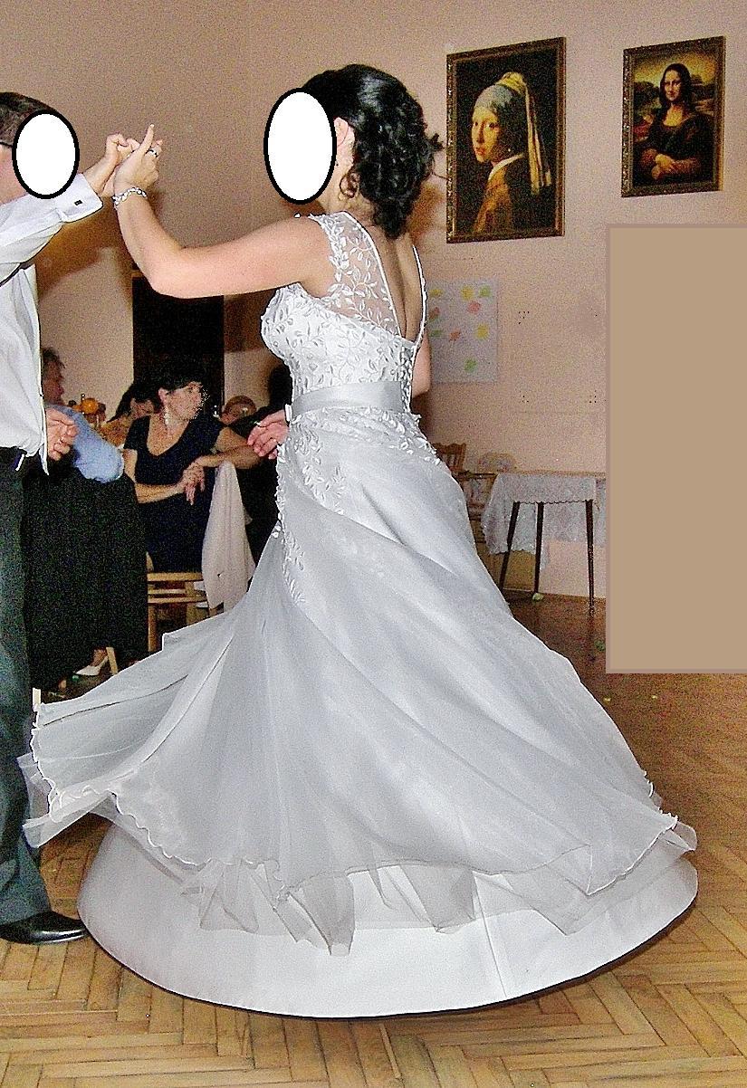 Bílé svatební šaty s nevšední krajkou - Obrázek č. 2