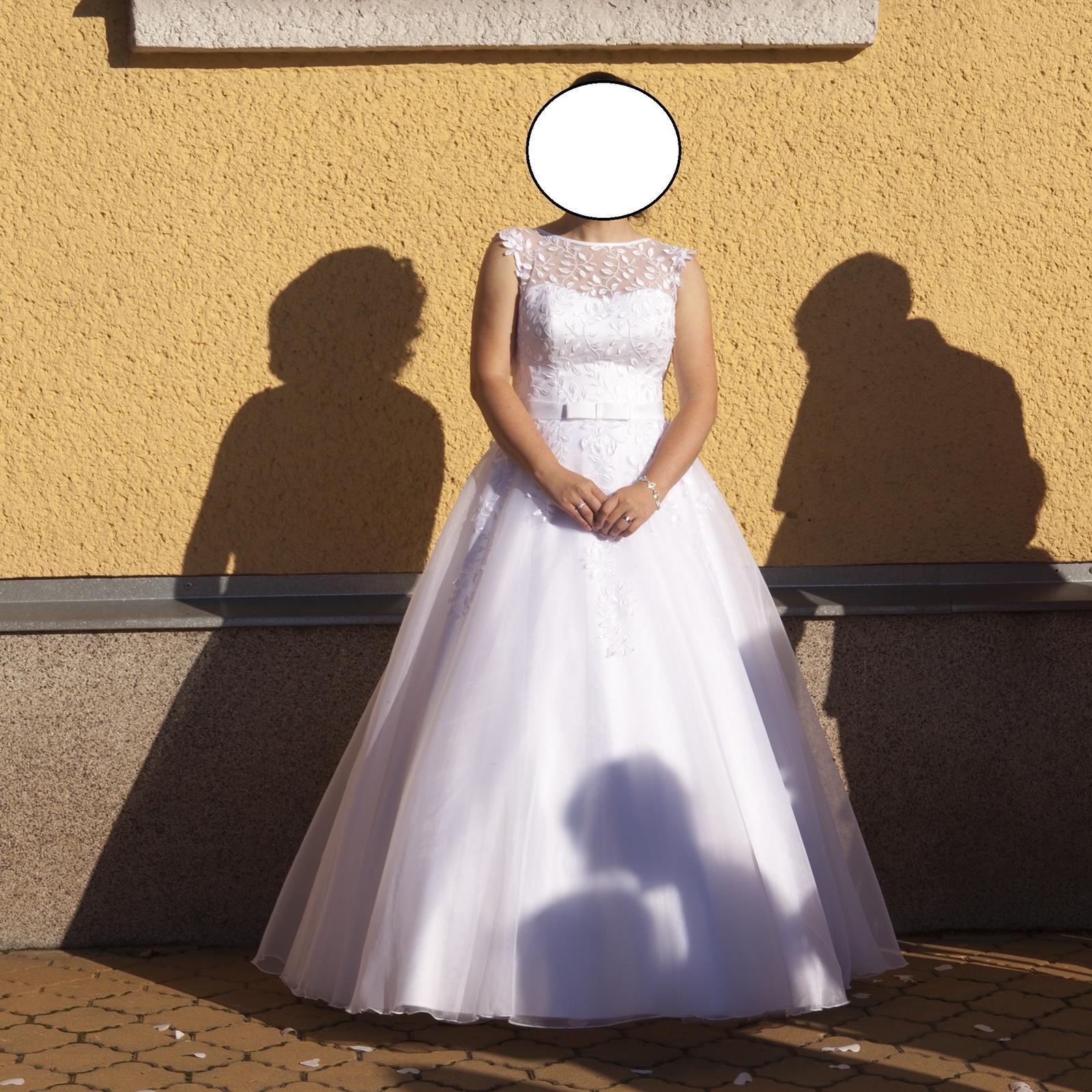 Bílé svatební šaty s nevšední krajkou - Obrázek č. 4