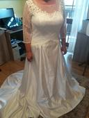 Svadobné šaty zdobené výšivkami, 48