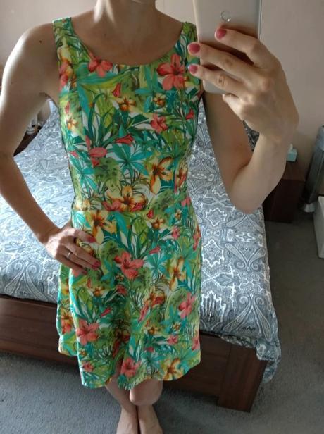 Šaty s tropickým vzorem Orsay.  - Obrázek č. 2