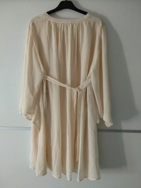 Světle žluté šaty s netopýřími rukávy.  - Obrázek č. 2