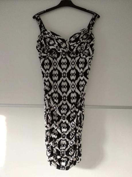Zajímavé černobílé šaty - Obrázek č. 1