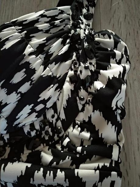 Zajímavé černobílé šaty - Obrázek č. 2