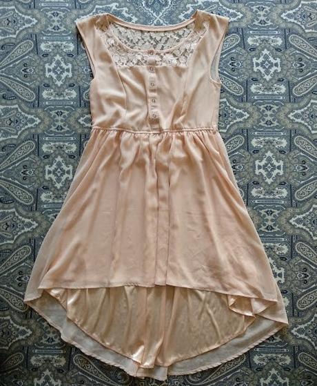 Světle meruňkové krajkové šaty, vzadu delší. - Obrázek č. 1