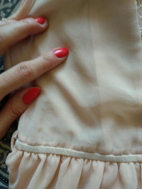 Světle meruňkové krajkové šaty, vzadu delší. - Obrázek č. 3