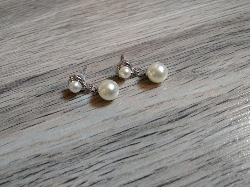 Visící náušnice s bílou perlou. - Obrázek č. 1
