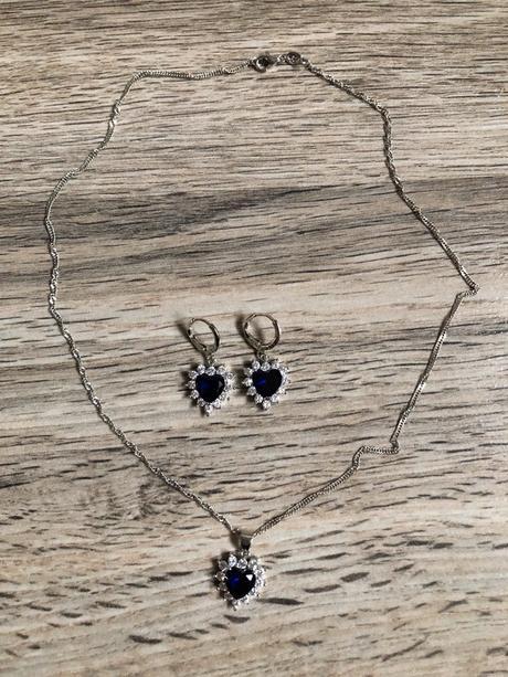 Náhrdelník a náušnice se srdíčky s tmavě modrým kamínkem. - Obrázek č. 1