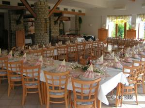 Restaurace je částečně prosklená a jde vidět krásná zahrada.