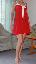 šaty na mě (akorát nemožně stojím a blesk zkreslil barvu, jsou stejné jako na fotce s modelkou)
