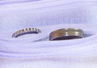 a detail našich prstýnků, můj je s briliantky, jako dáreček