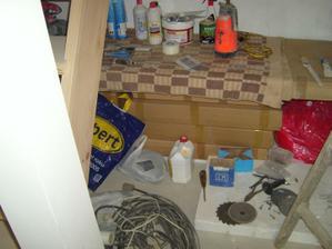pod tím víš nepořádkem v těch krabicích je moje budoucí kuchyňská linka