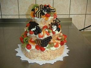 dortík bude určitě ovocný, už je objednaný, holubičky na vršku :o)