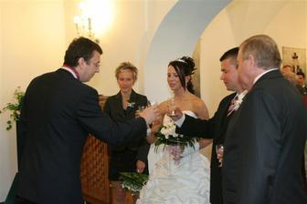 novomanželský přípitek - konečně se ženich uvolnil :-)